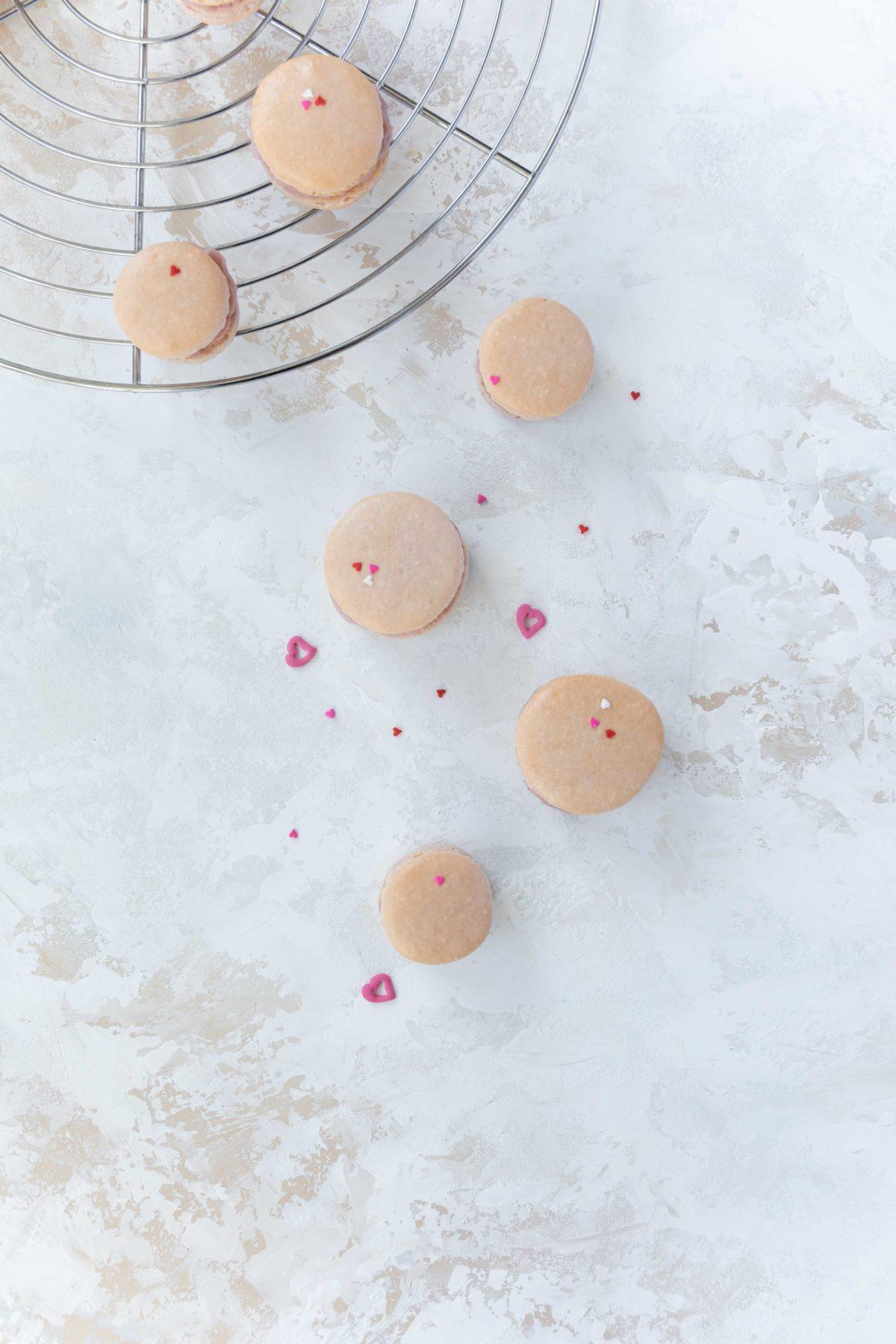 Himbeer Macarons zum Valentinstag / raspberry Macarobs for valentines day by https://babyrockmyday.com/himbeer-macarons/