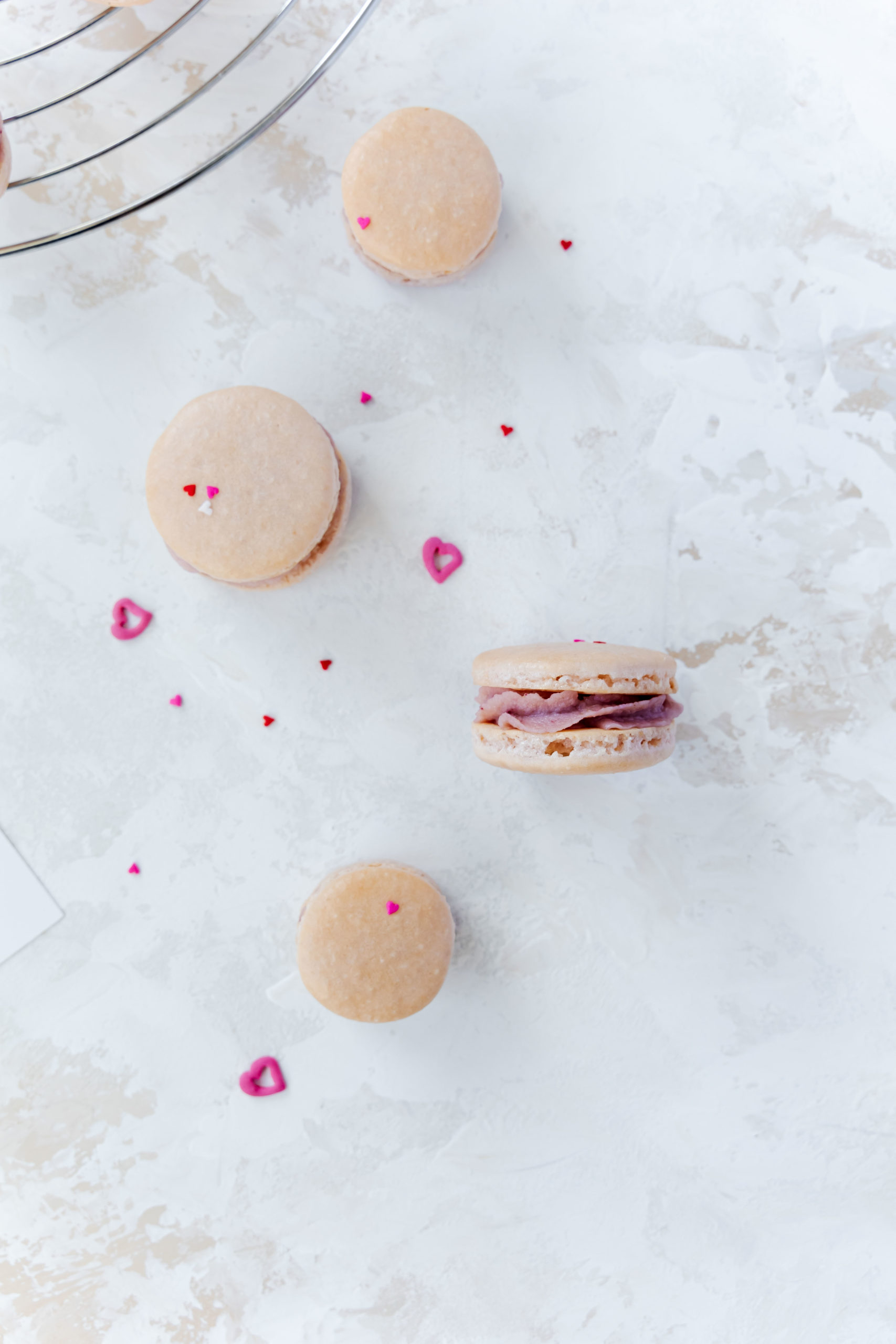 Himbeer Macarons zum Valentinstag / raspberry Macarobs for valentines day by https://babyrockmyday.com/himbeer-macarons/