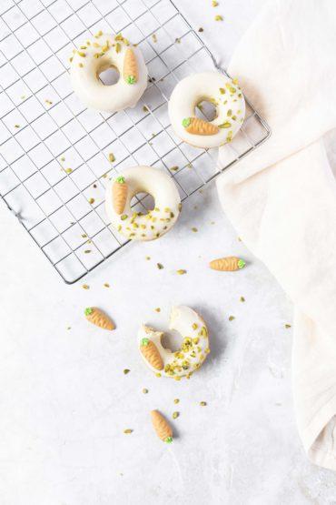 Tipps für Ostern: Eierlikör Donuts // Easter baking: Donuts with advocaat by https://babyrockmyday.com/eierlikoer-donuts/