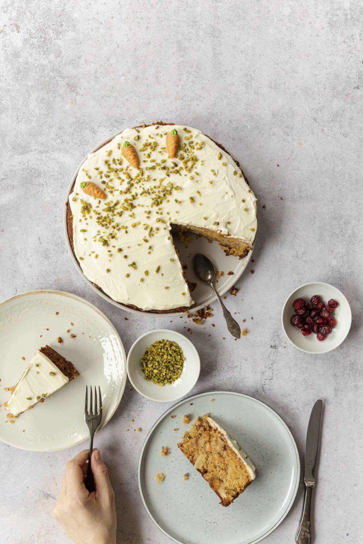 Tipps für Ostern: Karottenkuchen mit Kokoschips und Cranberrys // Carrot Cake with coconut chips ans cranberries by https://babyrockmyday.com/karottenkuchen-mit-kokoschips/