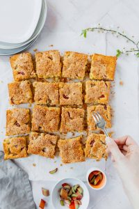 Schneller Orangen Rhabarberkuchen // Quick and easy rhubarb sheet cake with orange by https://babyrockmyday.com/schneller-orangen-rhabarberkuchen/
