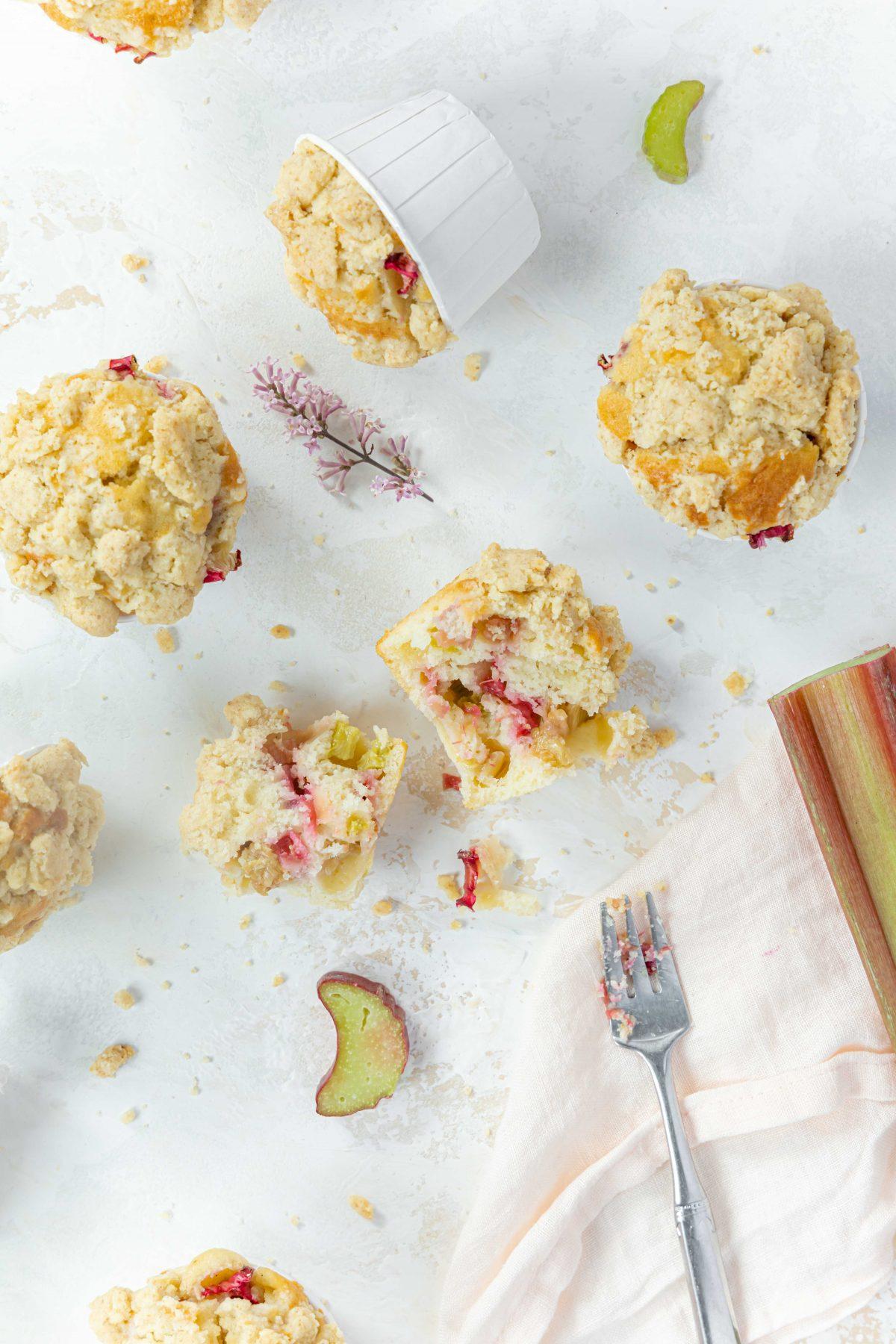 Rhabarber Muffins mit Streuseln // Rhubarb crumble Muffins by https://babyrockmyday.com/rhabarber-muffins-mit-streuseln/