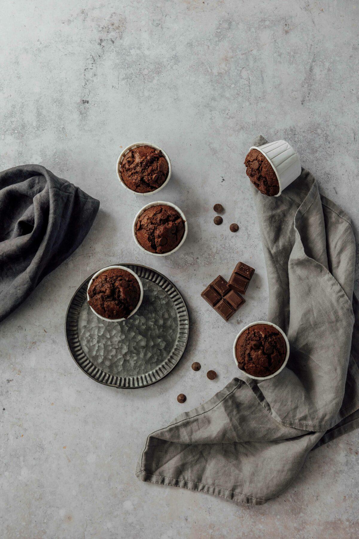 Saftige Schokoladen Muffins // Double Chocolate Muffins by https://babyrockmyday.com/saftige-schokoladen-muffins/